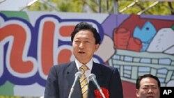 El primer ministro japonés, Yukio Hatoyama, visita la isla para presentar un plan de reubicación de la base.