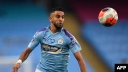 Le milieu de terrain algérien de Manchester City, Riyad Mahrez, court après le ballon lors du match de football de Premier League anglaise entre Manchester City et Arsenal au stade Etihad de Manchester, dans le nord-ouest de l'Angleterre, le 17 juin 2020