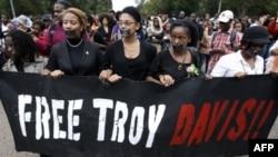 Demonstranti su se okupili i ispred Bele kuće na bdenju uoči izvršenja smrtne kazne nad Trojem Dejvisom, 21. septembra 2011.