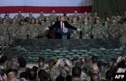 Presiden AS Donald Trump berbicara kepada pasukan selama kunjungan kejutan hari Thanksgiving di Lapangan Udara Bagram, pada 28 November 2019 di Afghanistan. (Foto: AFP/Olivier Douliery)