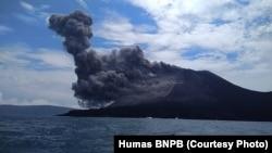 Erupsi Gunung Anak Krakatau di Selat Sunda, 21 Juni 2018. (Foto: BNPB).