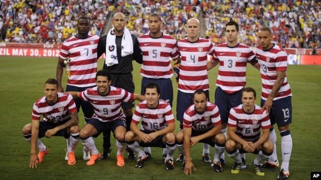 Đội tuyển Quốc gia Hoa Kỳ chụp hình trước một trận giao hữu quốc tế với đội tuyển Brazil, tại Landover, Md., 30/5/2012