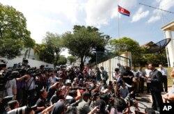 강철 말레이시아주재 북한대사(오른쪽)가 20일 쿠알라룸푸르 북한대사관 앞에서 기자회견을 열고, 김정남 피살 사건의 북한 배후설을 강력히 부인했다.