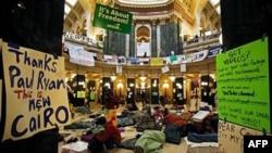 Protivnici guvenerovog zakona spavaju na podu u zgradi državne skupštine u Medisonu, u državi Viskonsin, na početku desetog dana protesta, 24. februara 2011.
