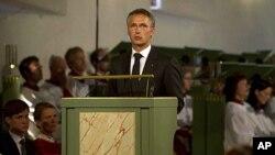 سهرۆک وهزیری نهرویژ یهنس سـتۆڵتنبێرگ له کاثدرائی ئۆسلۆ وتارێـک پـێشکهشی ئامادهبووانی پـرسهی قوربانیانی ههردوو هێرشهکه دهکات، یهکشهممه 24 ی حهوتی 2011
