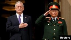 Ông Ngô Xuân Lịch (phải) trong chuyến thăm Mỹ hồi tháng Tám năm ngoái.