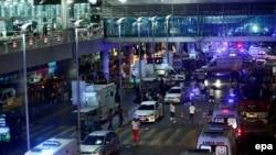 Des enquêteurs et des médecins s'activent après un attentat à l'aéroport Ataturk à Istanbul, Turquie, le 28 Juin 2016. epa / SEDAT SUNA