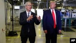 """Durante su visita a una planta de Texas, el miércoles, Trump se reunió con Cook y le preguntó """"para ver si podía involucrar a Apple en la construcción de redes 5G en EE. UU."""