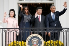 美國總統奧巴馬和夫人,中國主席習近平和夫人在白宮陽台上揮手致意(2015年9月25日)