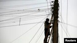 در حال حاضر افغانستان تا هفتاد فیصد برق مصرفی را از چهار کشور همسایهاش وارد میکند.