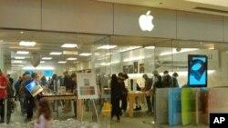 苹果专卖店顾客盈门