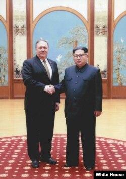 En esta imagen entregada por la Casa Blanca, el entonces director de la CIA, Mike Pompeo, da la mano al líder norcoreano Kim Jong Un en Pyongyang, Corea del Norte, durante un viaje de fin de semana en el este de 2018.