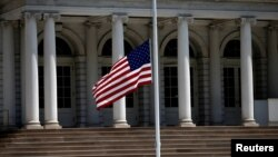 Američka zastava na pola koplja na Menhetnu