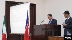 백두산 분화 가능성 조사에 착수한 이탈리아 국립연구위원회 소속 안토니오 카프리 연구원이 북한에서 당국자들에게 조사 계획에 관해 설명하고 있다.