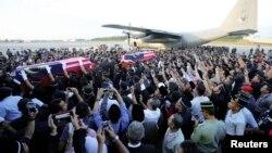 Quan tài của hai cảnh sát bị thiệt mạng ở Sabah hôm thứ Bảy đưa về đén sân bay ở Subang, ngoại ô Kuala Lumpur, 4/3/13