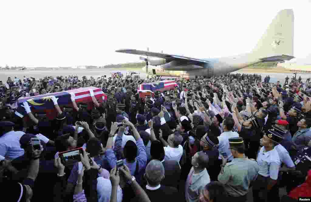 2013年3月4日,星期六在沙巴州州被打死的马来西亚警察的灵柩抵达吉隆坡城外梳邦的一处机场。