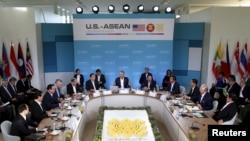 바락 오바마 대통령(가운데)이 15일 미 캘리포니아 주 란초 미라지에서 열린 미국-동남아시아국가연합 정상회의에서 개막연설을 하고 있다.