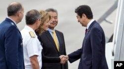 美国驻日本大使卡罗琳·肯尼迪(左三)在珍珠港欢迎日本首相安倍晋三(2016年12月26日)。