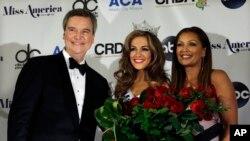 سام هاسکل (نفر سمت چپ) در نار دختر شایسته آمریکا در سال ۲۰۱۵