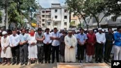 Suasana pemakaman Xulhaz Mannan, salah seorang korban pembunuhan dengan golok di Dhaka, Bangladesh, 26 April 2016 (Foto: dok).