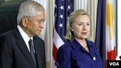 Menlu Filipina Albert del Rosario dan Menlu AS Hillary Clinton dalam konferensi pers bersama setelah pertemuan di Washington (23/6).