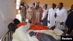 Le gouverneur Kashim Shettima rend visite à des blessés dans un hôpital de l'Etat de Borno, après une attaque de Boko Haram, le 28 janvier 2014.