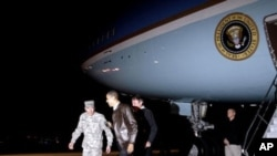 彼得雷烏斯將軍在阿富汗當地時間星期五晚上迎接奧巴馬總統