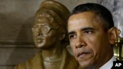 باراک اوباما در حال سخنرانی در مراسم رونمایی از تندیس رزا پارکز در کنگره آمریکا، چهارشنبه ۲۷ فوریه ۲۰۱۳