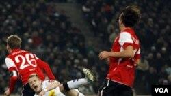 Niko Bungert (kiri) dari klub Mainz berusaha merebut bola dari Marco Reus pemain Borrussia dalam pertandingan Bundesliga (18/12).