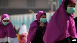사우디아라비아에서 최근 '메르스' 감염 사망자가 계속 증가하는 가운데, 지난달 13일 메카를 방문한 순례자들이 감염을 막기 위해 마스크를 쓰고 있다.