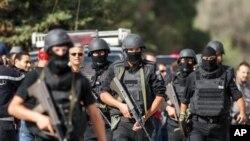 Des membres de la garde nationale tunisienne prennent position pour sécurité les périmètres du lieu d'un échange des tirs avec des terroristes embusqués dans une famille avec des enfants et des femmes.