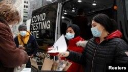 Njerëzit regjistrohen për të bërë testin e COVID-it në një qendër të lëvizshme në Nju Jork