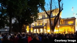 Aksi unjuk rasa menentang Presiden Serbia di depan kantor Kepresidenan di Beograd, 7 Mei 2020.
