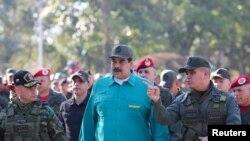 وینزویلا کے صدر نکولس مدورو، اپنے وزیر دفاع اور فوجی عہدے داروں کے ہمراہ ایک فوجی مشق دیکھ رہے ہیں۔ 27 جنوری 2019