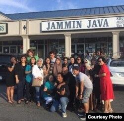 Ikke Nurjanah bersama para fans seusai konser di Washington, DC (foto/dok: Sireedee Entertainment)