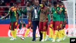 Les joueurs camerounais remercient leurs supporters à la fin du match contre le Chili, à Moscou, le 18 juin 2017.