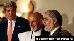 Ứng viên tổng thống Afghanistan Ashraf Ghani Ahmadzai (giữa) và Abdullah Abdullah (phải) cạnh Ngoại trưởng Mỹ John Kerry trong một cuộc họp báo ở Kabul, ngày 12/7/2014.