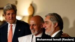 عبدالله عبدالله (راست) و اشرف غنی (وسط) کاندیداهای انتخابات افغانستان در کنار جان کری، وزیر امور خارجه آمریکا - کابل،