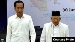 Joko Widodo dan Ma'ruf Amin berjalan bersama meninggalkan kantor KPU, Jakarta, Minggu (30/6) setelah penetapan oleh KPU. ( Biro Pers Sekretariat Presiden).
