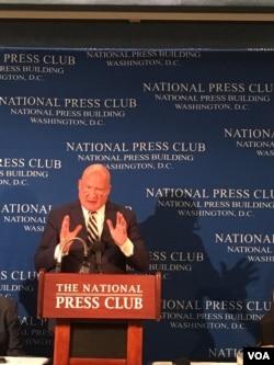 美國調查記者伊森•葛特曼在報告發布會上(美國之音莫雨拍攝)