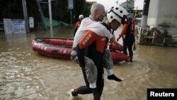 11일 일본 이바라키 현 조소 시에서 긴급구조대가 침수된 마을의 주민을 구조하고 있다.