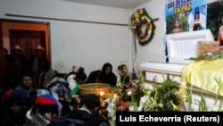 Residentes y familiares oran junto al ataúd de Claudia Gómez, joven guatemalteca que murió tras recibir un disparo de un oficial de la Patrulla Fronteriza de EEUU, en su funeral en San Juan Ostuncalco, Guatemala, 1 junio, 2018. REUTERS/ Luis Echeverría