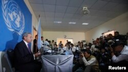 The United Nations Special Rapporteur for human rights in Cambodia, Surya Subedi, reads from a document during a news conference in central Phnom Penh, Jan. 16, 2014