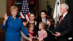 Wakil Presiden Mike Pence mengambil sumpah administrator usaha kecil Linda McMahon, yang didampingi enam cucunya, di kompleks Gedung Putih, Washington (14/2). (AP/Carolyn Kaster)