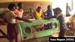 Des apprentis dans l'atelier à Ouagadougou, au Burkina Faso, le 3 octobre 2018. (VOA/Issa Napon)