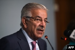 Pakistani Foreign Minister Khawaja Asif briefs the media in Islamabad, Pakistan, Sep. 7, 2017.