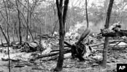 Foto tahun 1961 menunjukkan puing-puing pesawat DC6B yang membawa Sekjen PBB saat itu, Dag Hammarskjold, di sebuah hutan dekat Ndola, Zambia.
