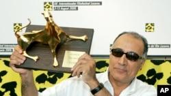 عباس کیارستمی هنگام دریافت یوزپلنگ طلایی جشنواره لوکارنو