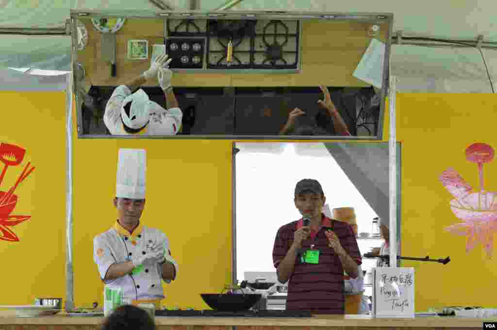 A Chinese cooking demonstration at the Smithsonian Folklife Festival in Washington, June 25, 2014. (Regina Catipon/VOA)