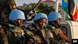 Des Casques bleus du Rwanda attendent à bord d'un véhicule à Juba, Soudan du Sud, 2 septembre 2016.